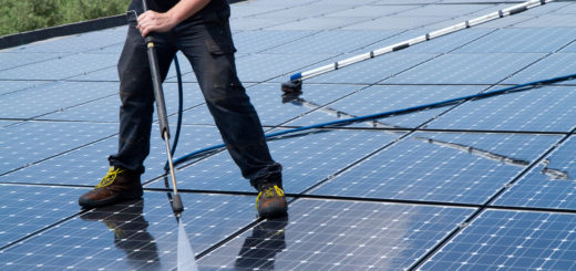 Entretien de panneaux solaires par un technicien