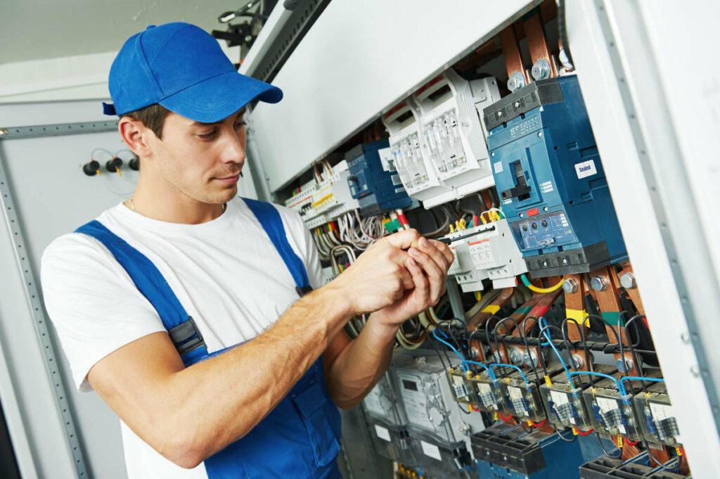 Un technicien Pro Expert Solaire vérifie l'installation photovoltaique pour éviter les fuites en toiture