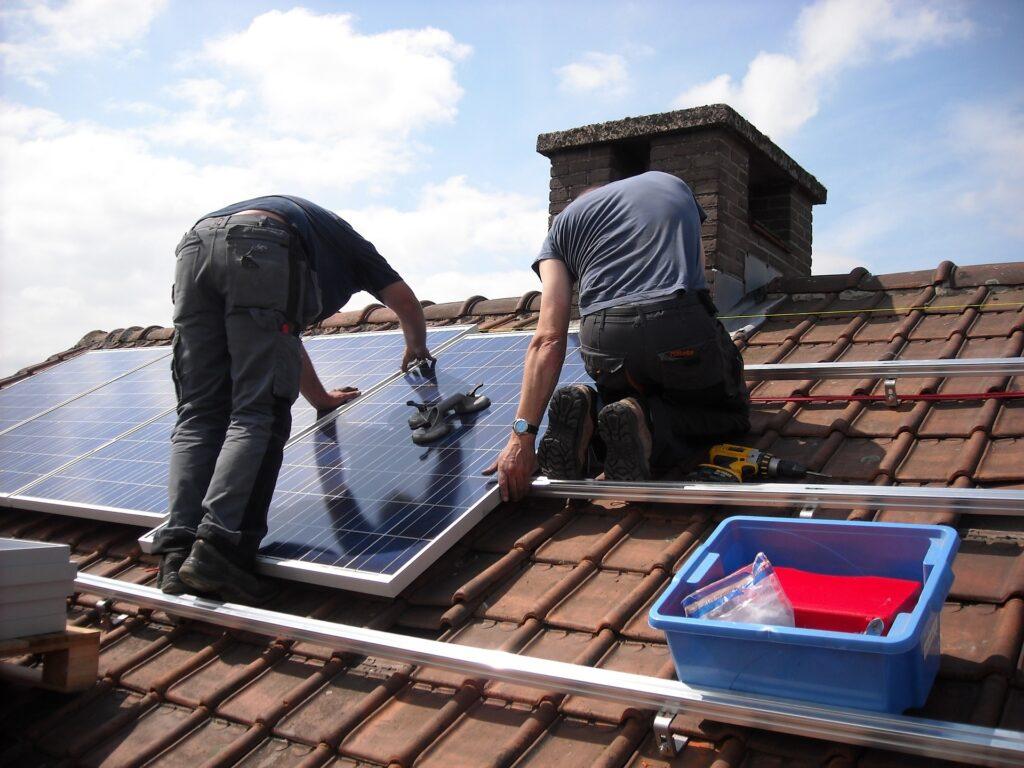Des techniciens Pro Expert Solaire installent des panneaux solaires en surimposition