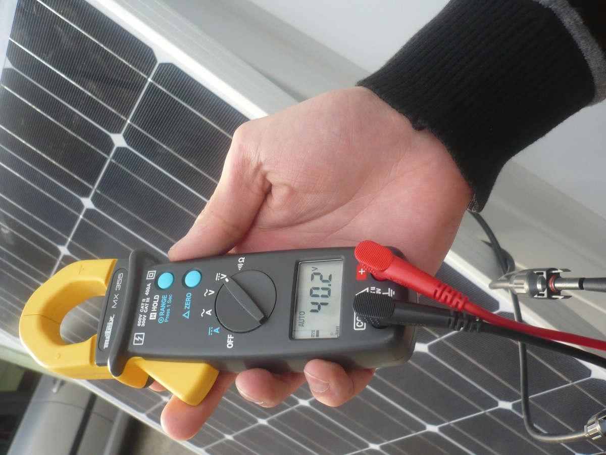 Technicien répare pannes photovoltaïque